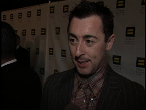vidéos et rushes de alan cumming at the human rights campaign gala at beverly hilton hotel, beverly hills in beverly hills, ca. - the beverly hilton hotel