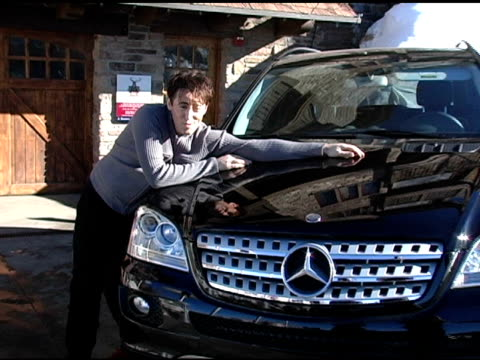 vídeos y material grabado en eventos de stock de alan cummings with the mercedes benz m class at the 2005 park city mercedes benz at the motorola lodge at motorola lodge in park city, utah on... - motorola