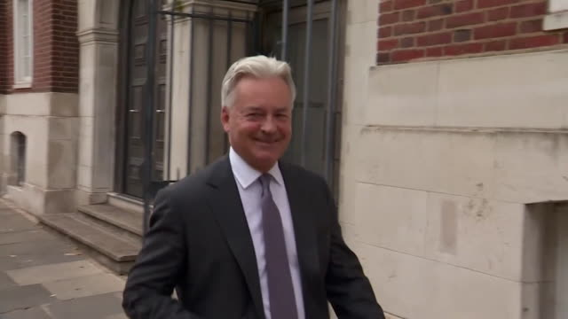 alan duncan mp walking down westminster street on the day he resigned form government in protest at boris johnson's expected victory in the... - alan duncan stock-videos und b-roll-filmmaterial