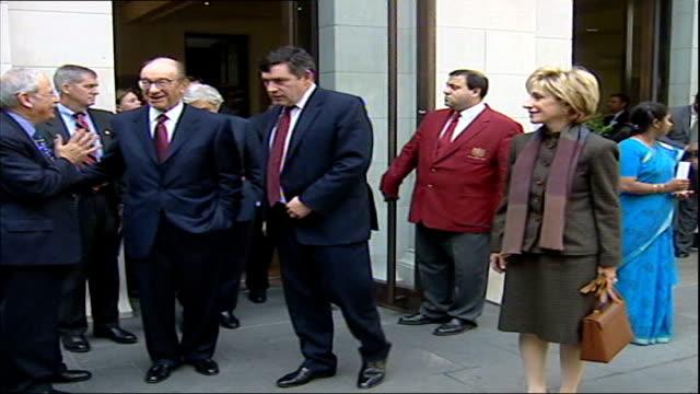 stockvideo's en b-roll-footage met alan greenspan resigns as chairman of america's central bank; tx 25.9.2.2002 england: london: ext alan greenspan & gordon brown mp outside treasury... - voorzitter