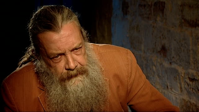 vidéos et rushes de alan moore interview; england: northampton: delapre abbey: int close shot cane with snake's face held by alan moore during set-up shots / moore... - northampton