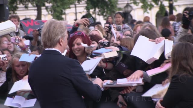 alan rickman at the harry potter and the deathly hallows part two world premiere at london england. - アラン・リックマン点の映像素材/bロール