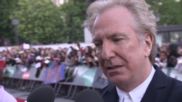alan rickman on the franchise having a beginning, middle and end at the harry potter and the deathly hallows part two world premiere at london... - アラン・リックマン点の映像素材/bロール