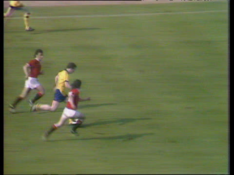 alan sunderland slides in at far post and scores dramatic last minute winner to give arsenal 3-2 victory over manchester united, 1979 fa cup final,... - final round stock videos & royalty-free footage