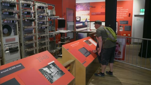 stockvideo's en b-roll-footage met alan turing to be new face of fifty pound note; england: manchester: science and industry museum: int various shots of exhibition of computers... - alan turing