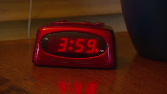 vídeos de stock, filmes e b-roll de alarm clock going off at 4 am - número 4