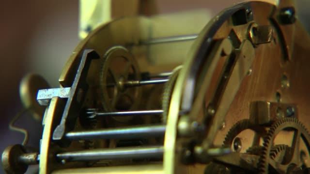 vidéos et rushes de alarm clock mechanism - instrument de mesure du temps