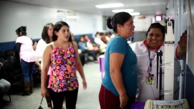 alarmadas por las posibles consecuencias del virus zika decenas de mujeres guatemaltecas embarazadas acuden a una evaluacion medica - virus zika video stock e b–roll