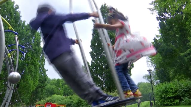 vídeos de stock, filmes e b-roll de alarming levels of air pollution found in london's parks england london ext children playing on roundabout children on climbing frame **brugha... - jungle gym