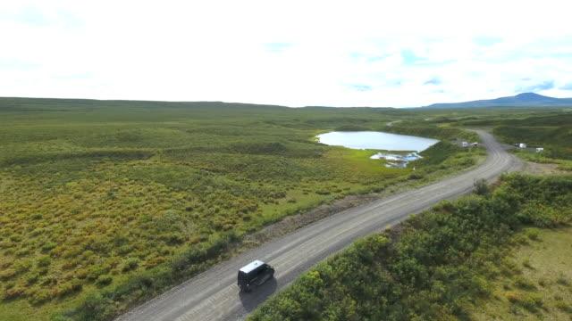 vídeos y material grabado en eventos de stock de usa, alaska, denali highway, drone view, aerial view - veinte segundos o más