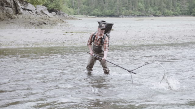 vídeos de stock e filmes b-roll de uhd 4k: alaska fisherman fishing with a pole - indústria pesqueira