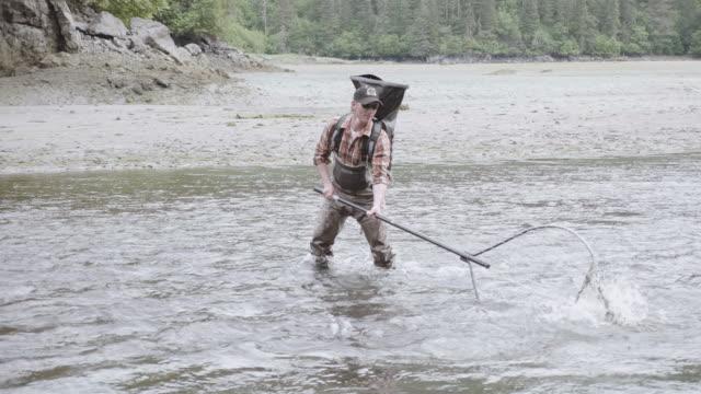 UHD 4K: Alaska Fischer angeln mit einem Pol