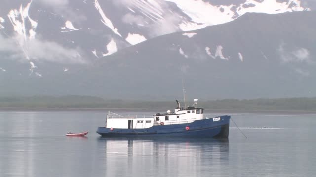 vídeos y material grabado en eventos de stock de ms, usa, alaska, katmai national park, boat anchored in bay, snow capped mountains in background - anclado