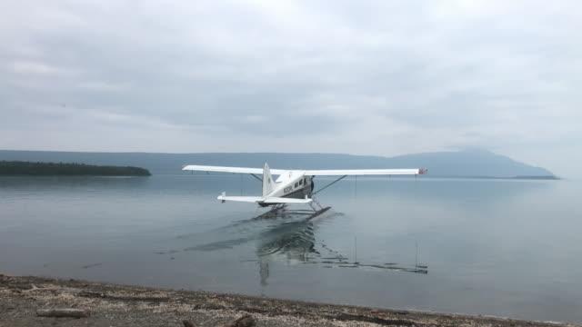 alaska tour seaplanes leaving katmai national park in a cloudy day - 水上飛行機点の映像素材/bロール