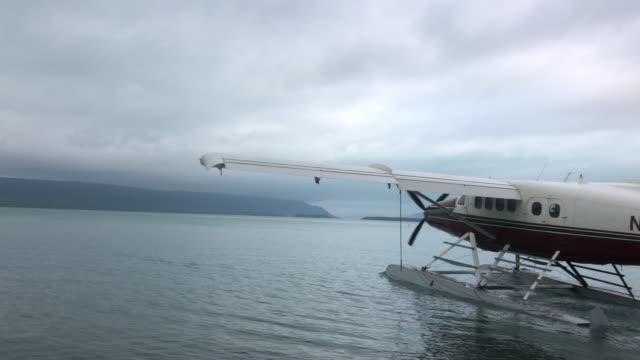 alaska tour seaplanes leaving katmai national park - 水上飛行機点の映像素材/bロール
