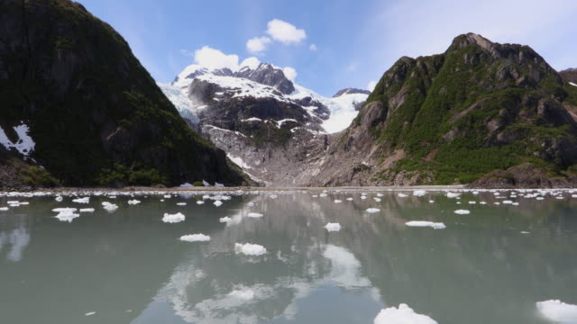 vídeos de stock, filmes e b-roll de alaskan coastal scenery - plano geral ponto de vista