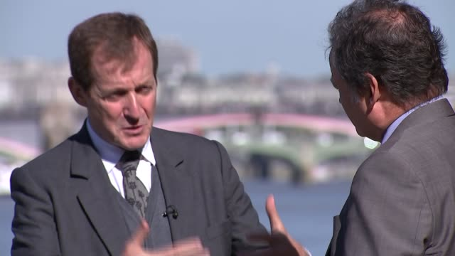 alastair campbell on his late brother's battle with schizophrenia alastair campbell interview sot alastair campbell and reporter along beach - schizofreni bildbanksvideor och videomaterial från bakom kulisserna