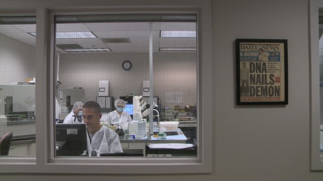 vídeos y material grabado en eventos de stock de albany state police crime laboratory forensic scientists working in a crime lab at albany state police crime laboratory on october 29, 2013 in... - ciencia forense