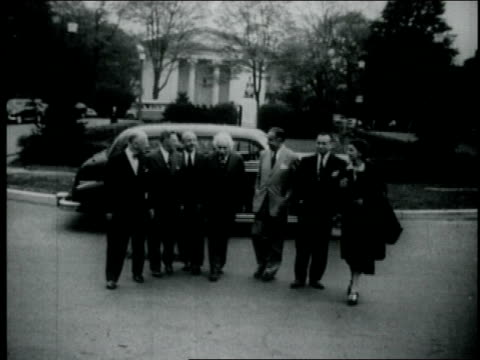albert einstein arrives on palmer square, in princeton, new jersey, before entering the nassau tavern, where he delivered the closing speech to a... - アルバート・アインシュタイン点の映像素材/bロール