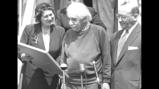 vídeos y material grabado en eventos de stock de albert einstein receiving an award from the hadassah women's zionist organization of america. - e=mc2