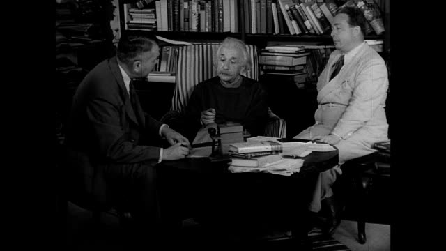vídeos de stock, filmes e b-roll de albert einstein's home princeton new jersey int home w/ harold c urey w/ albert einstein amp leo szilard urey reading statement to einstein einstein... - albert einstein