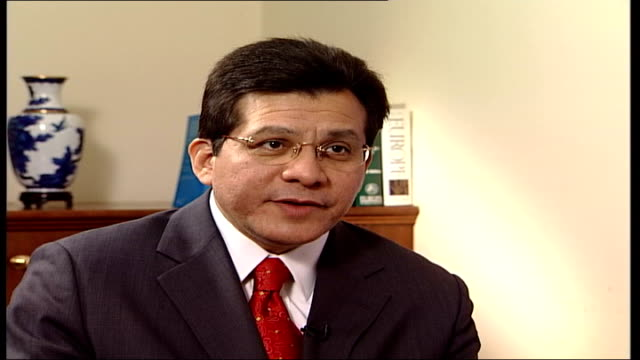 alberto gonzales us attorney general interview england london int alberto gonzales into room and shakes hands with austin and both sit detainees... - united states congress点の映像素材/bロール