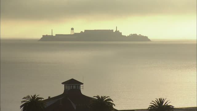 ws alcatraz island at dawn, san francisco, california, usa - alcatraz island stock videos & royalty-free footage