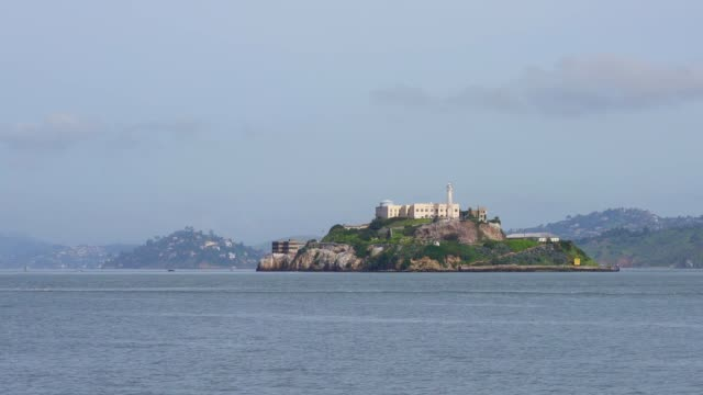 stockvideo's en b-roll-footage met alcatraz island in san francisco bay - pier 39