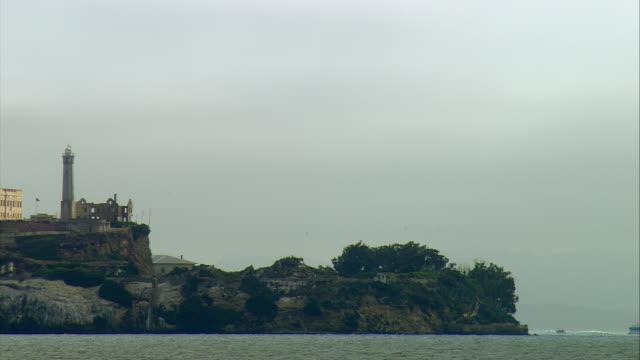 ws pan alcatraz island, san francisco, california, usa - アルカトラズ島点の映像素材/bロール