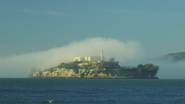 vidéos et rushes de alcatraz island the rock sea fog bay prison - île d'alcatraz