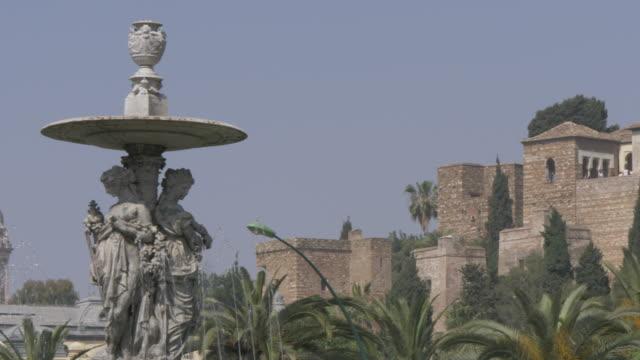 vídeos de stock e filmes b-roll de alcazaba from fuente de las tres gracias, malaga, andalucia, spain, europe - por volta do século 11 dc