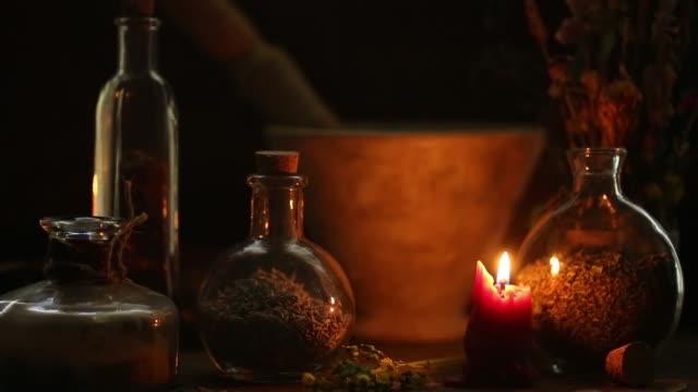 vídeos y material grabado en eventos de stock de tabla de alquimista - mago