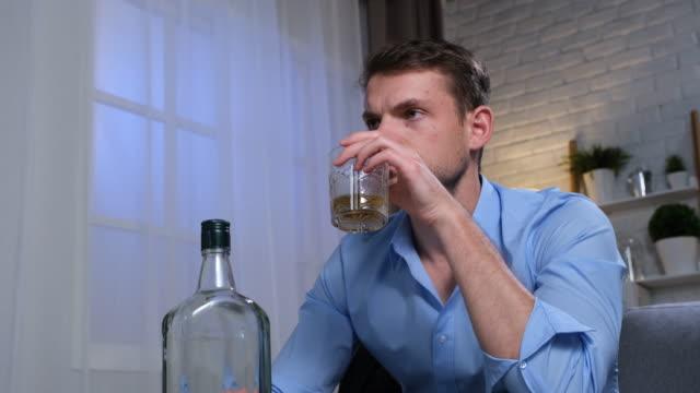 alkoholmissbruk - missbrukare av droger bildbanksvideor och videomaterial från bakom kulisserna