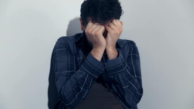 アルコール依存症は目が覚める - 薄毛点の映像素材/bロール