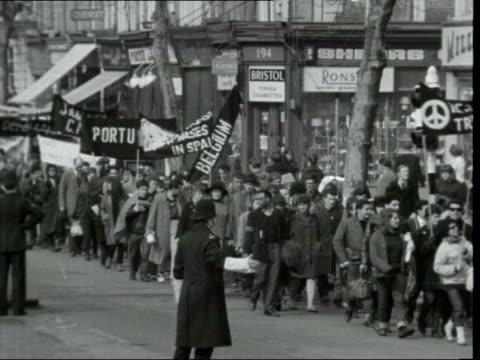 aldermaston marchers ***also england london chiswick ms aldermaston marchers along lr with foreign banners neg 16mm itn 6 ft 10 secs - aldermaston stock videos & royalty-free footage