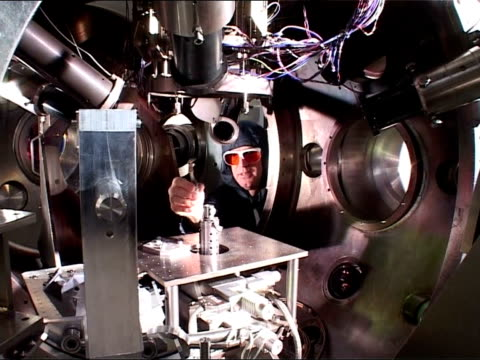 vídeos de stock e filmes b-roll de trident development england berkshire aldermaston int scientists wearing protective clothing working with complicated equipment inside aldermaston... - berkshire inglaterra