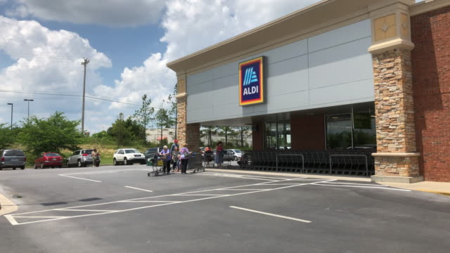 vídeos y material grabado en eventos de stock de aldi a german discount grocery chain is expanding currently it has 1600 stores in 35 states planning to open 900 new stores in the united states in... - carrito de la compra