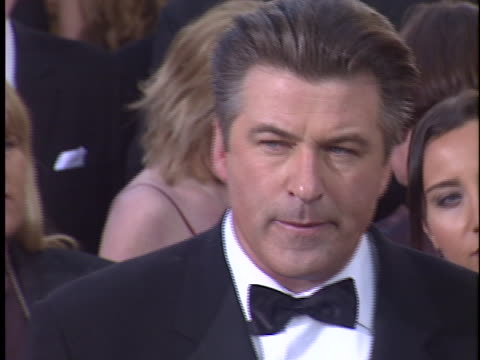 vidéos et rushes de alec baldwin at the golden globes 2004 at beverly hilton hotel, beverly hills in beverly hills, ca. - the beverly hilton hotel