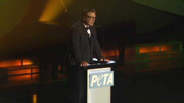 vídeos de stock, filmes e b-roll de alec baldwin at the peta's 30th anniversary gala and humanitarian awards at hollywood ca - baldwin awards