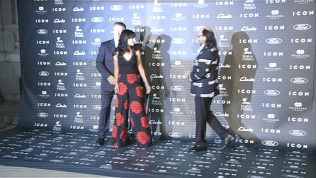 vídeos de stock, filmes e b-roll de alec baldwin hilaria baldwin and santiago segura attend the 2014 icon magazine awards - baldwin awards