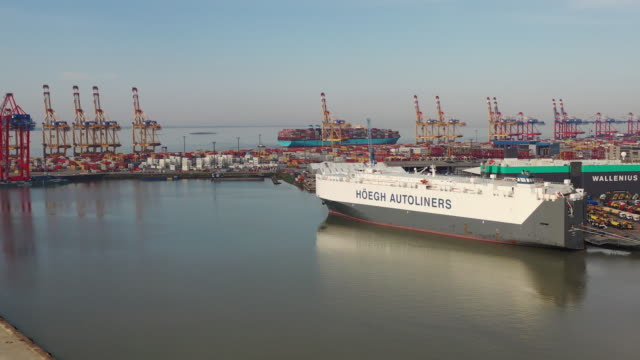 vídeos de stock e filmes b-roll de aleif hoegh & co roll-on roll-off vehicle carrier moored at the port of bremerhaven, germany on tuesday, september 15, 2020. - desodorante