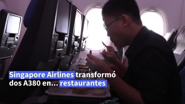 alejados de los viajes en avión por la pandemia de coronavirus, en singapur cientos de fanáticos de los vuelos disfrutaron entusiasmados de ir a... - restaurante stock videos & royalty-free footage