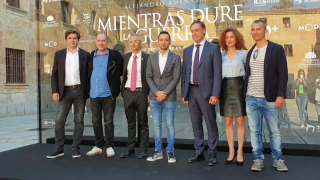 vídeos y material grabado en eventos de stock de alejandro amenábar presents his new movie mientras dure la guerra in salamanca - salamanca