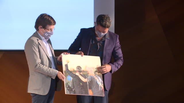 alejandro sanz attends a tribute act in madrid - plakette stock-videos und b-roll-filmmaterial
