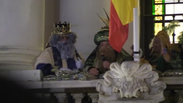 vídeos y material grabado en eventos de stock de alejandro sanz attends cabalgata de reyes as king gaspar in cádiz - reyes magos