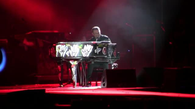 "alejandro sanz concert in cornella for his ""el disco"" music tour - ポピュラーミュージックツアー点の映像素材/bロール"