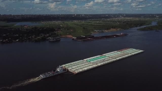 stockvideo's en b-roll-footage met alentado por su masiva produccion de soja paraguay se convirtio en los ultimos anos en lider indiscutido de la navegacion fluvial de america latina y... - transporte