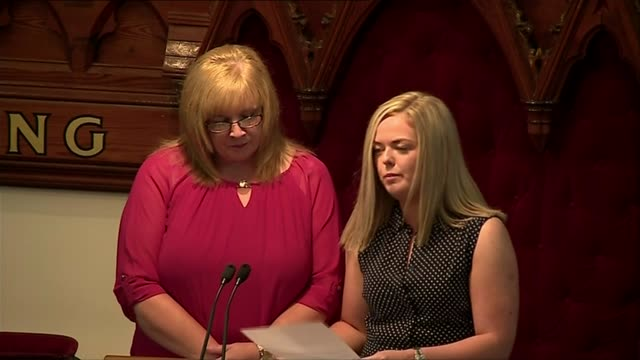 alesha macphail murder: hundreds attend funeral in coatbridge; scotland: north lanarkshire: coatbridge: ext emma gibson eulogy sot - mord stock-videos und b-roll-filmmaterial