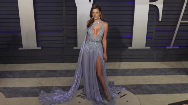 vídeos de stock, filmes e b-roll de alessandra ambrosio at 2019 vanity fair oscar party hosted by radhika jones at wallis annenberg center for the performing arts on february 24 2019 in... - alessandra ambrosio