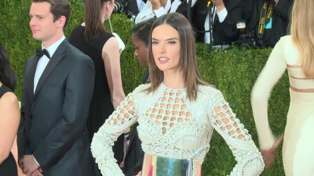 vídeos de stock, filmes e b-roll de fashion in an age of technology costume institute benefit gala arrivals at metropolitan museum of art at the metropolitan museum on may 2 2016 in new... - alessandra ambrosio